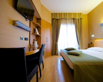Comfort and services in the double classic room of BW Hotel Luxor in Turin